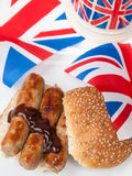 Brytyjska kiełbasiana kanapka z, brown kumberland, filiżanka herbata i flaga, Obraz Stock