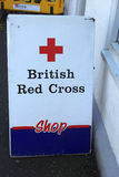 Brytyjski czerwony krzyż podpisuje wewnątrz ulicę Szkocja w UK, 06 08 2015 Zdjęcia Stock