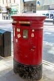 Brytyjski czerwony poczta pudełko lokalizować w środkowym Londyn Fotografia Royalty Free
