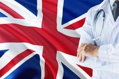Brytyjski Fabrykuje pozycję z stetoskopem na Zjednoczone Królestwo flagi tle Krajowy system opieki zdrowotnej poj?cie, medyczny t zdjęcia royalty free