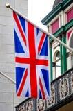 Brytyjski flaga Union Jack latanie na flagpole Zdjęcia Stock
