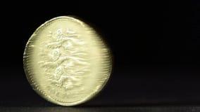 Brytyjski jeden funtowej monety przędzalnictwo na stole zdjęcie wideo
