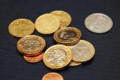 Brytyjski jeden szterlinga euro i funta moneta na ciemnym tle Obrazy Royalty Free