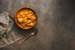 Brytyjski m kurczaka tikka Indiański karmowy korzenny masala na ciemnego brązu wieśniaka tle Odg?rny widok, kopii przestrze? obraz stock