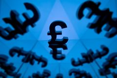 Brytyjski waluta symbol Z Wiele Odzwierciedla wizerunkami zdjęcie stock