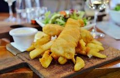 brytyjskich układ scalony rybi przekąski stołu tradycyjny drewniany Obrazy Stock