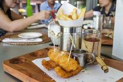 brytyjskich układ scalony rybi przekąski stołu tradycyjny drewniany Zdjęcia Royalty Free