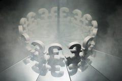 Brytyjskiego funta symbol na Lustrzanym i Zakrywający w dymu obrazy stock