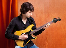 Brytyjskiego indie wystrzału skały spojrzenia młody gitary gracz Obrazy Royalty Free