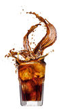 Bryzga od kostek lodu w szkle kola, odizolowywającym na białym tle Zdjęcia Stock