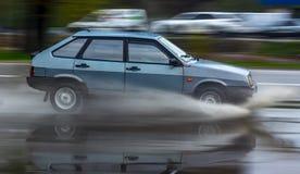 Bryzga samochodem gdy ono iść przez wody powodziowej Obraz Stock