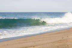 Bryzgający falowego łamanie od nabrzmiałości macha wewnątrz spienia backwash na piaskowatej plaży fotografia stock