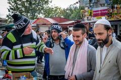 brzęczenia, Żydowski nowy rok 5777 Pielgrzymi Hasidim świętują masę w Uman Sprzedawcy pamiątki zdjęcie royalty free