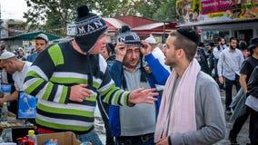 brzęczenia, Żydowski nowy rok 5777 Pielgrzymi Hasidim świętują masę w Uman Sprzedawcy pamiątki fotografia royalty free