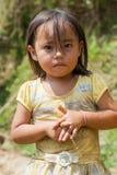 Brzęczenia Giang Wietnam, Sep, - 22, 2013: Portret Hmong małej dziewczynki dziecko przed jej domem Zdjęcie Stock