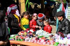 BRZĘCZENIA GIANG, WIETNAM, Styczeń 07, 2017 Hmong rodzina, brzęczenia Giang górzysty region, Wietnam, kochający dzieci Zdjęcia Royalty Free