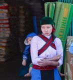 BRZĘCZENIA GIANG, WIETNAM, Styczeń 01, 2016 siostra, etniczny Hmong, brzęczenia Giang górzyści tereny wymieniają nieznane, siostr Zdjęcie Stock