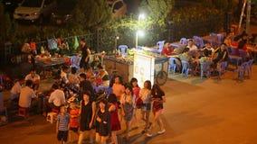 BRZĘCZENIA TĘSK, WIETNAM, PAŹDZIERNIK - 13, 2016: Przekąsza na kołach na ulicie w wieczór mieście Nha Trang _ zbiory wideo