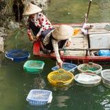 BRZĘCZENIA TĘSK zatoka, WIETNAM AUG 10, 2012 - Karmowy sprzedawca w łodzi. Wiele Vi Zdjęcie Royalty Free