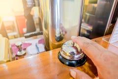 Brzęczyk wewnątrz w mężczyzna ` s palcach i restauraci Wywoławczy sprzedawca Zdjęcie Stock