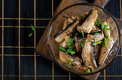 Brzdąc w szklanym pucharze Europejska kuchnia Odgórny widok obraz stock