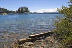 Brzeg i dok w halnym jeziorze. zdjęcie stock