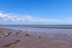Brzeg i morze w lecie z błękitem rozjaśniamy niebo Fotografia Stock