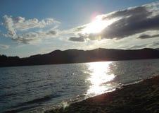 Brzeg jeziora chmurnieje przy zmierzchem obrazy royalty free
