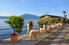 Brzeg jeziora deptaka kawiarnia, Jeziorny Maggiore, Ja (lago) Obraz Stock