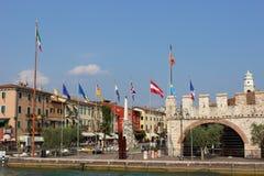 Brzeg jeziora i flaga przy Lazise na Jeziornym Gardzie Włochy Obrazy Royalty Free