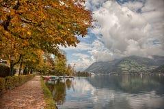 Brzeg jeziora jesieni kolory w Zell am Widzią, Salzkammergut, Austria Fotografia Stock