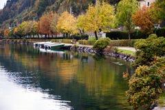 Brzeg jeziora jesieni kolory w Zell am Widzią, Salzkammergut, Austria Obrazy Stock