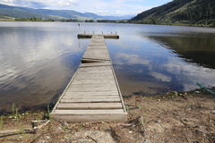 Brzeg jeziora ucieka się z roczników dokami fotografia royalty free