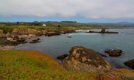 Brzeg linia za Gołębią punkt latarnią morską w Kalifornia fotografia royalty free