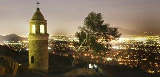 BRZEG RZEKI, CA - Mt Rubidoux przy nocą z Nadrzecznym miasta tłem Zdjęcie Royalty Free