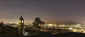 BRZEG RZEKI, CA - Mt Rubidoux przy nocą Zdjęcie Stock