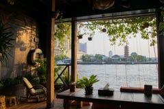 Brzeg rzeki Stwarza ognisko domowe, Nadrzeczny drewniany taras, domu pobyt, Bangkok Tajlandia tło zdjęcie royalty free