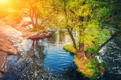 Brzeg rzeki z skałami zdjęcie royalty free