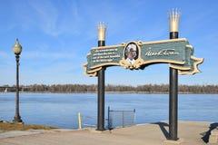 Brzeg rzeki znak dla Hannibal, Missouri obraz stock