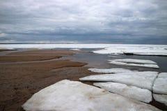 Brzeg zatoka Finlandia w zimie w lodowym i ciężkim niebie nad wodą zdjęcie royalty free