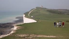 Brzegowa ścieżka belle konika latarnia morska między Beachy wschodem Sussex Kierowniczego i Siedem siostr zbiory wideo