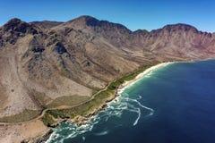 Brzegowa droga z morzem i górami zdjęcie royalty free