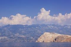 Brzegowa sceneria z wyspą, górami i niebieskim niebem, Zdjęcia Royalty Free