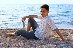 brzegowi mężczyzna morza potomstwa Zdjęcia Royalty Free