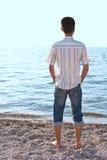 brzegowi mężczyzna morza potomstwa Fotografia Stock