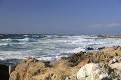 brzegowy California błękitny ocean kołysa niebo Zdjęcie Stock
