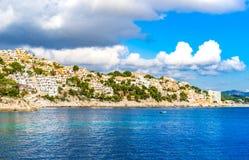 Brzegowy widok Cala Fornells na Majorca wyspie, Hiszpania zdjęcie stock
