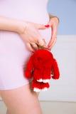 Brzemienność, narodziny, ciężarny, brzuch, trzeci trymestr, menchia, gwoździe, czerwień, manicure, nowy życie, Zdjęcie Stock
