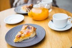 Brzoskwini galarety tortowa i pomarańczowa herbata obrazy stock