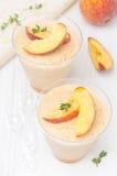 Brzoskwini i jabłka souffle w porcyjnych szkłach, odgórny widok Zdjęcia Royalty Free